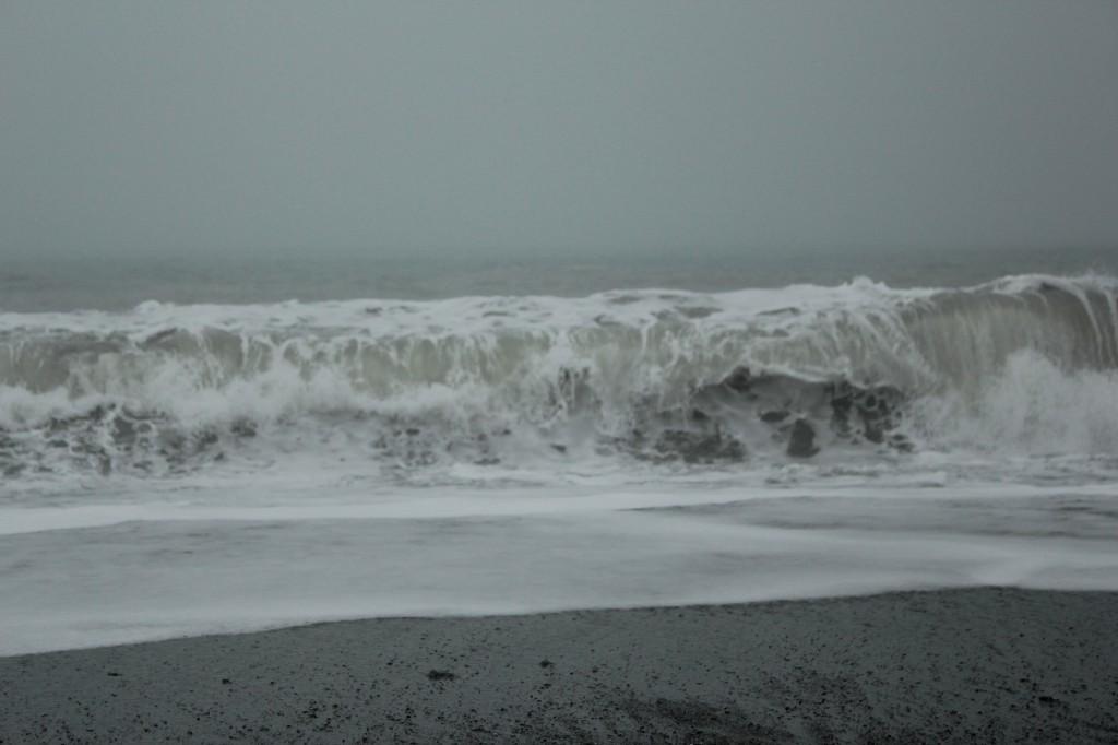 Tra coltre nebbiosa eccezionale e risacca di scirocco questo pomeriggio nel litorale sud di Messina (foto e video)