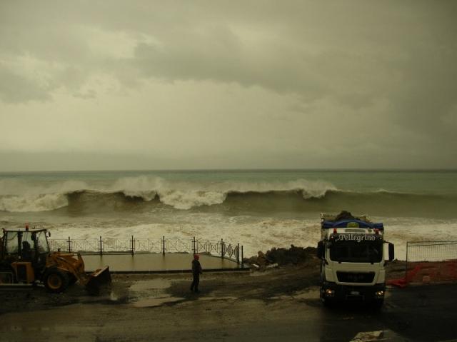 Scongiurato il pericolo alluvionale. Mareggiate di forte intensità nei litorali ionici