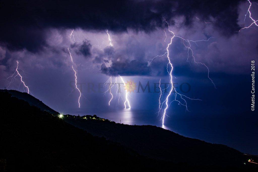 I temporali lasciano la Sardegna e puntano la Sicilia. Fenomeni intensi ma difformi.